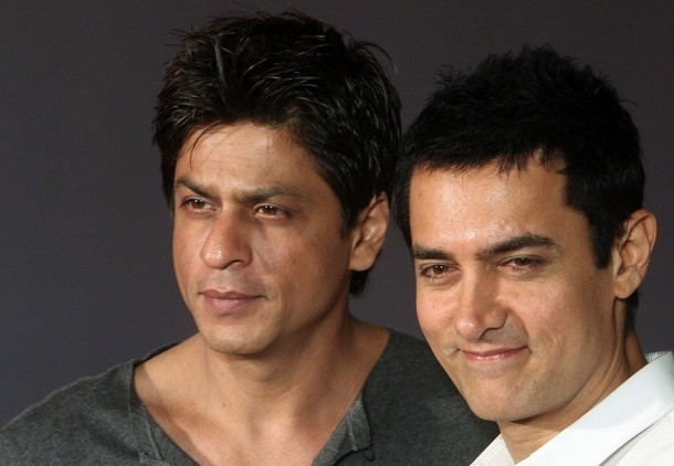 Aamir distracted by SRK poster?