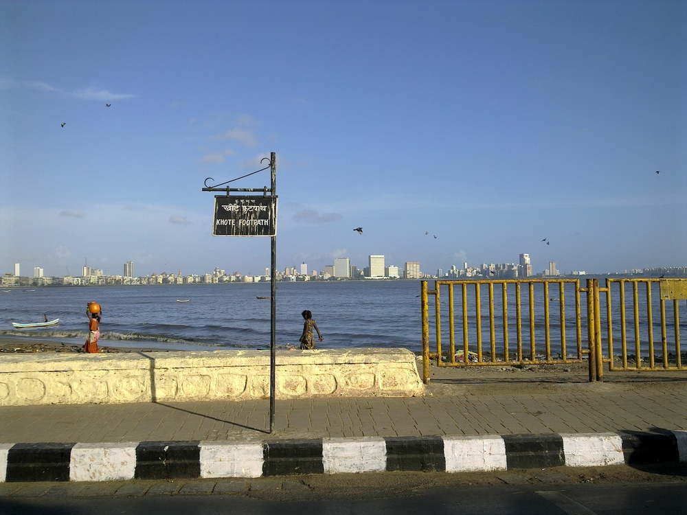 Whoever knows me well knows that I love to spend time at the sea, and Bandar(the natural bay by the Doha Corniche) is my favorite. On the last trip to Mumbai, the obvious first choice was the Marine Drive, but it did not really give me THAT kind of a satisfaction. Don't know why.