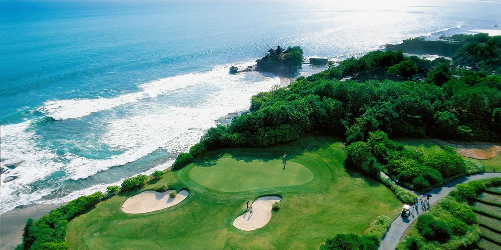 phoca_thumb_l_Hole 7-signature hole facing to Tanah Lot temple and Indian ocean.jpg