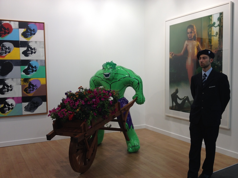 Jeff Koons under close watch from Swiss guard