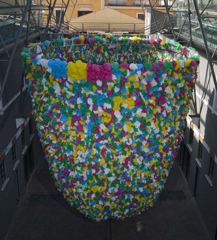 Sa dernière création, exposée au musée d'art contemporain de Rome, s'appelle «Plastic Bags» et propose un structure de 10 mètres de haut composée de milliers de sacs pour symboliser le consumérisme de notre société.