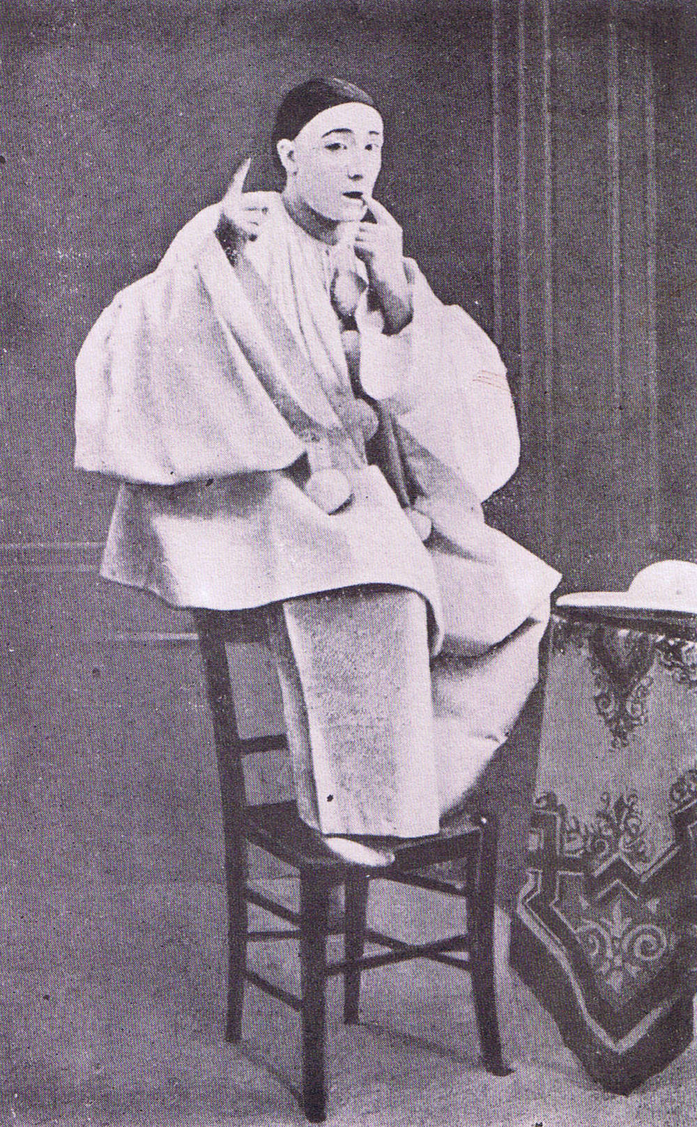 Louis_Rouffe_as_Pierrot,_c._1880.jpg