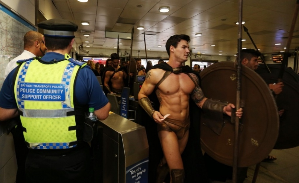 300-spartans-at-the-london-underground-coolest-flashmob-artnaz-com-4.jpg