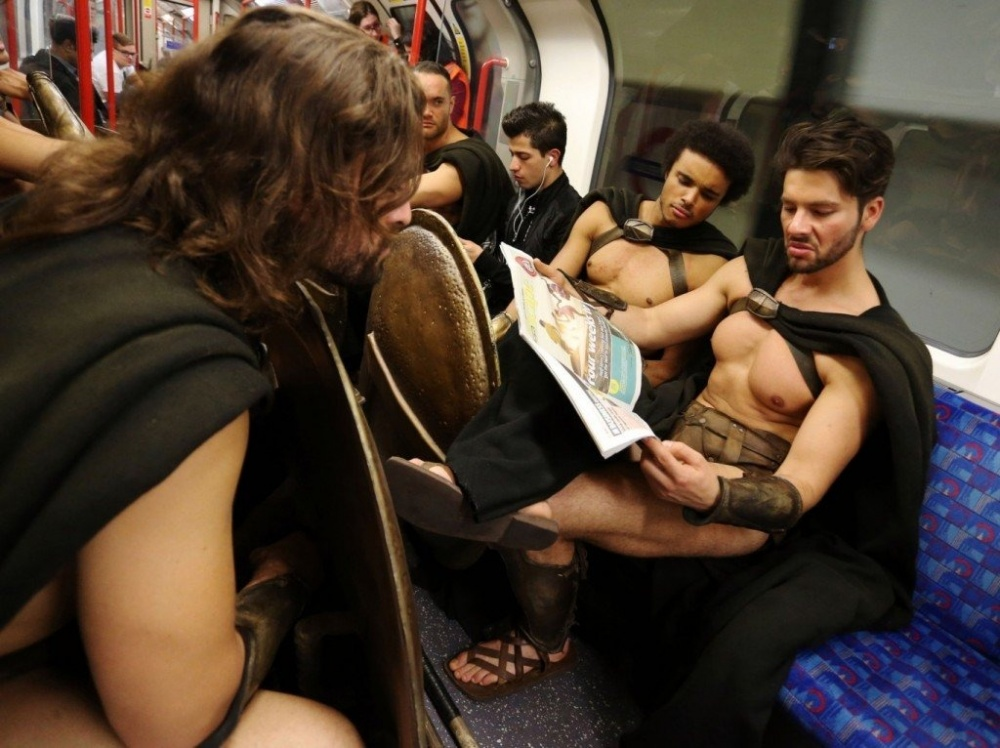 300-spartans-at-the-london-underground-coolest-flashmob-artnaz-com-7.jpg