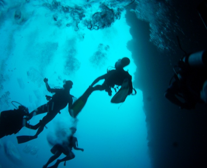 Divers going down.JPG