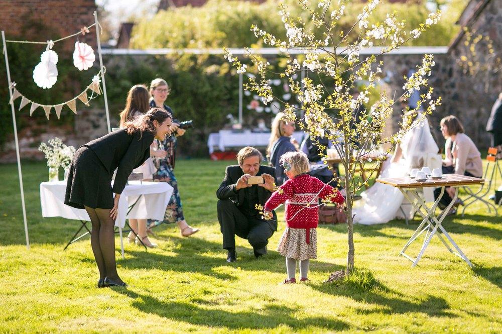 Berlin Hochzeitsfotografin Gartenglueck Wegendorf Hochzeitsreportage-81.jpg