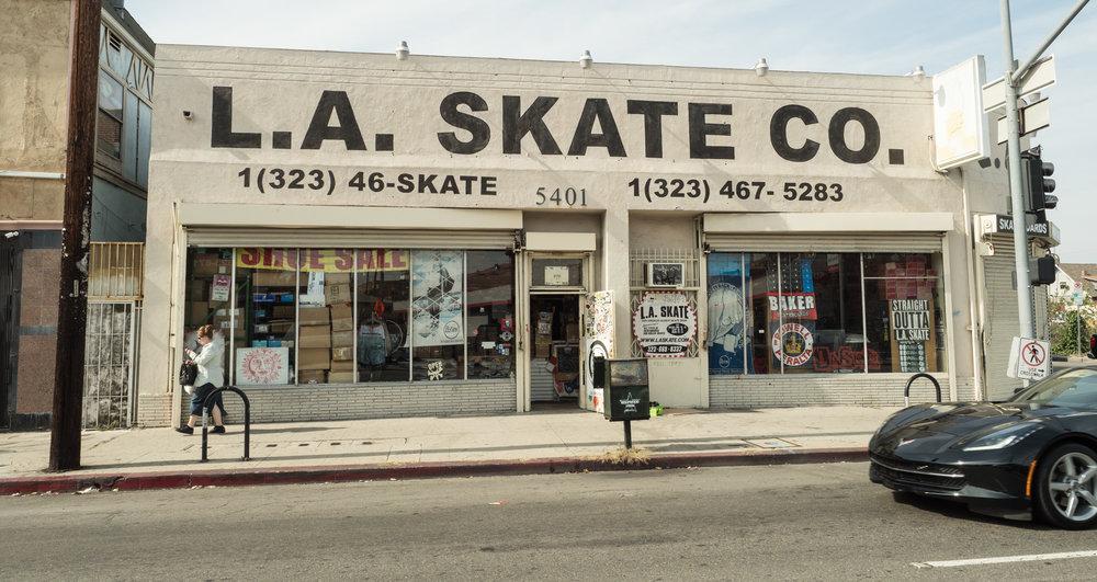 Adi nekde slysel o tomhle skateshopu. Lehce jete boty za $20, par tricek, mikiny za temer nic, proste nakup snu. Doporucujem.