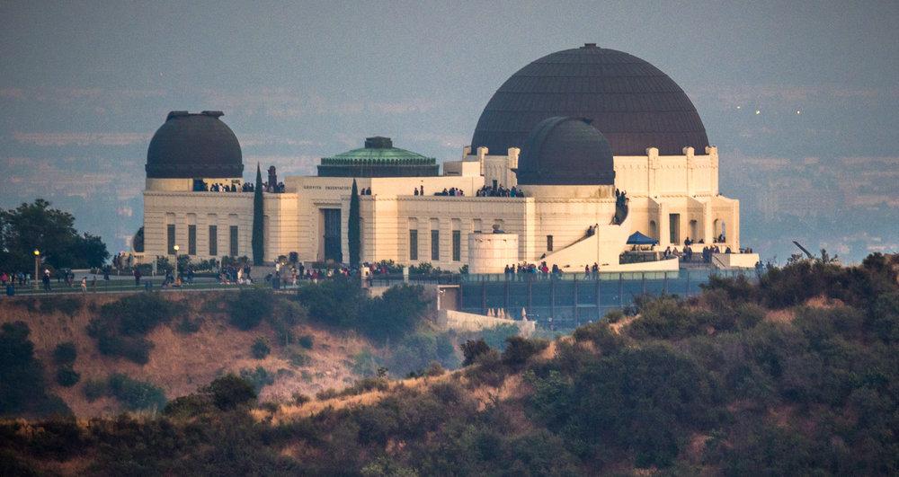 Griffith Observatory je klasicke turisticke misto, ze ktereho mate L.A. jako na dlani. My jsme se rozhodli vylezt pres vsechny zakazy na kopec pod Hollywood signs a vyfotili jsme si observator z ne tak zname strany. Dost dobry hike!