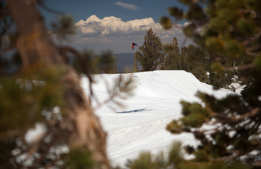 Fanckovy seatbelty z dalky. Uzasne na jarnim jezdeni v Mammothu je fakt, ze muzete jezdit uplne vsude. To je dobre pro foceni, hlavne ale pro jezdeni. Letos tu napadlo 17 metru snehu. A mimochodem ted prave nahore snezi.