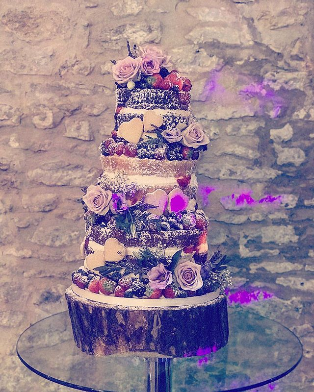 Beautiful cake at last weekends wedding! Tasted great too 👍 @strattoncourtbarn