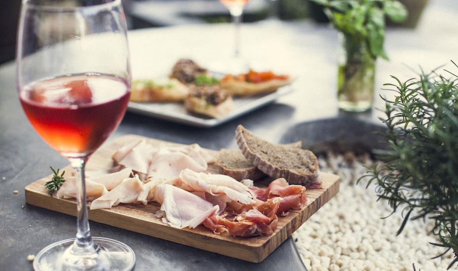 Rosé wine with salumi and bruschetti platter   (photo by Tommaso Riva)