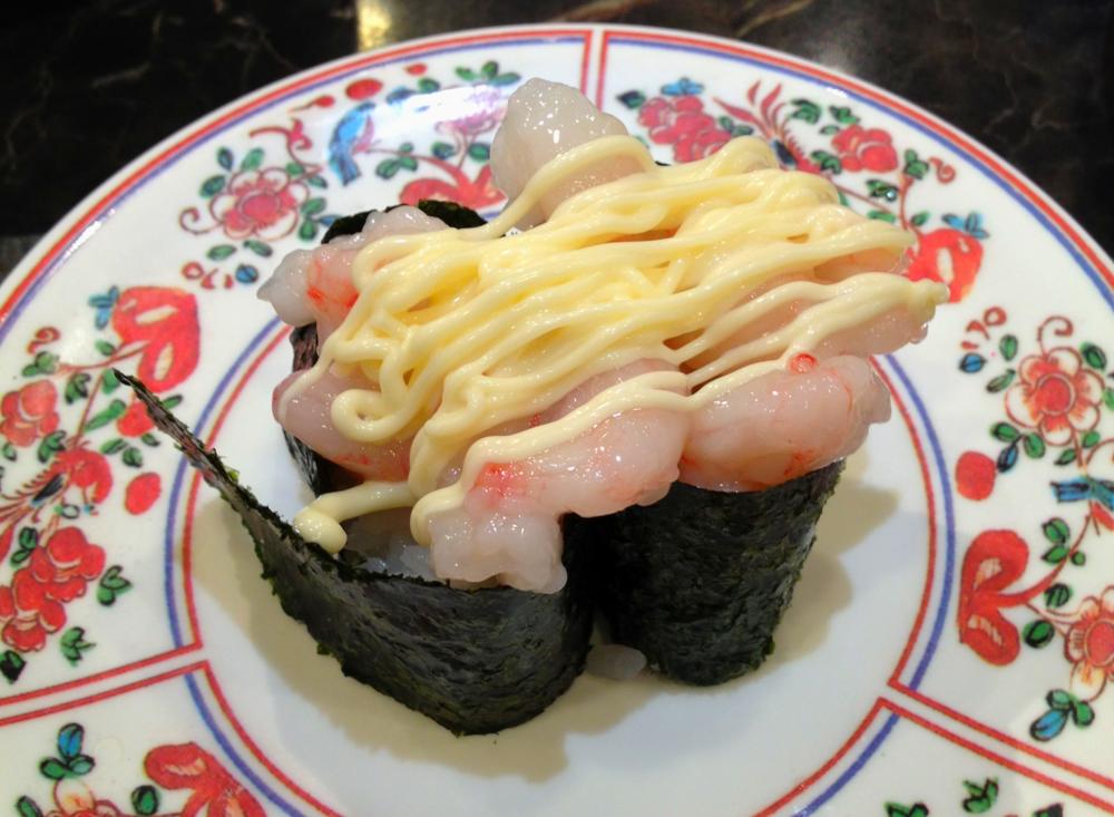 Råa räkor med lite japansk majonnäs på - mums för drygt två kronor biten!!