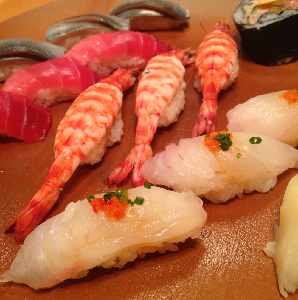 Här är det riktigt fina grejer och en annan prisklass, dock prisvärt. Makoto Sushi i Ochanomizu.