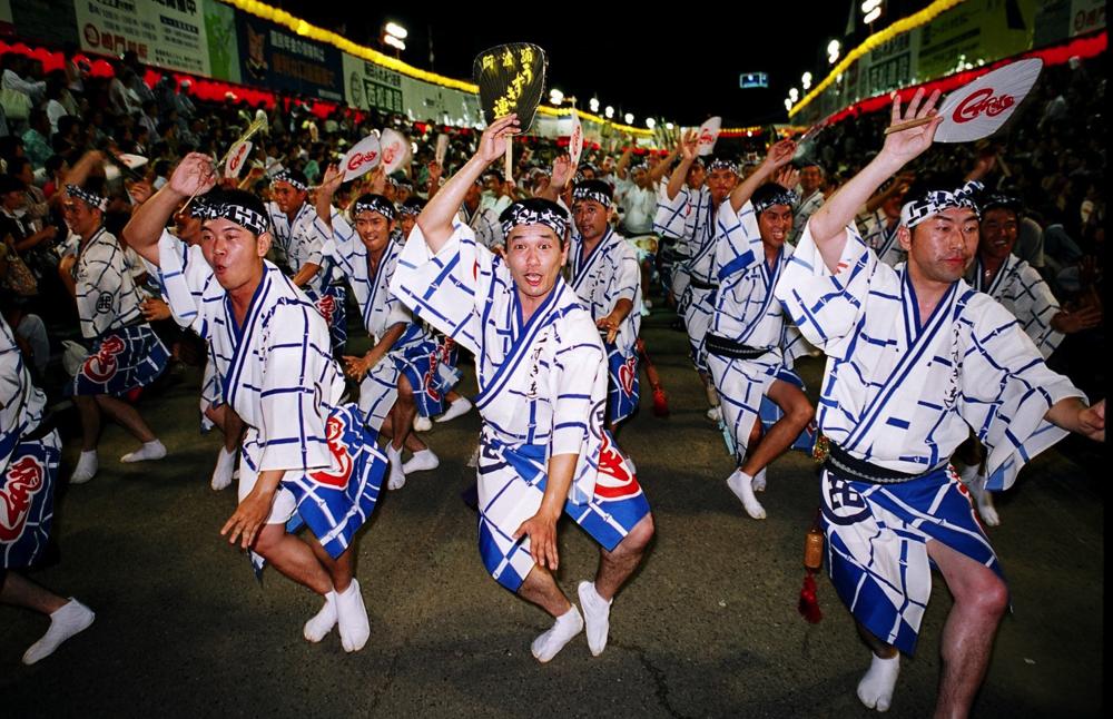 Alla är välkomna - män, kvinnor, unga och gamla.  Foto copyright: Tokushima Prefecture