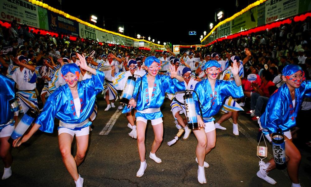 Augusti bjuder på stor fest nere i Tokushima på Shikoku.  Foto copyright: Tokushima Prefecture