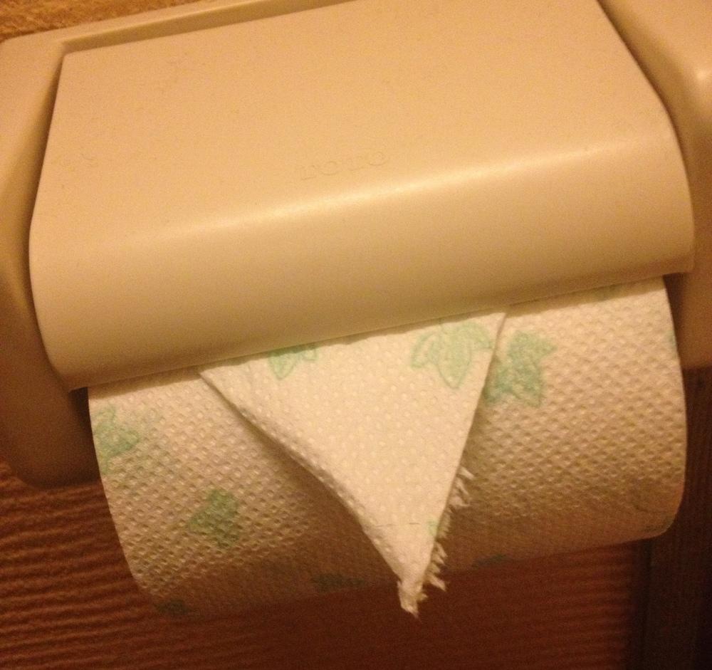 Förra gästen viker toapapper för att göra livet en liten gnutta lättare för nästa kund.