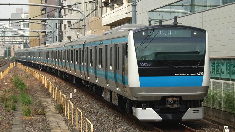 Passagerare kavlade upp ärmarna och lyckades flytta på en tågvagn på detta tåg när en kvinna ramlade mellan tåg och perrong och fastnade. Starkt gjort är väl rätta uttrycket!