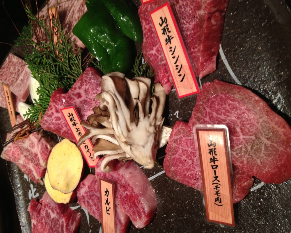 Det är svårt att hitta mörare nötkött än det man kan få i Japan. Dessa läckerbitar kommer från kossor uppe i Yamagata.