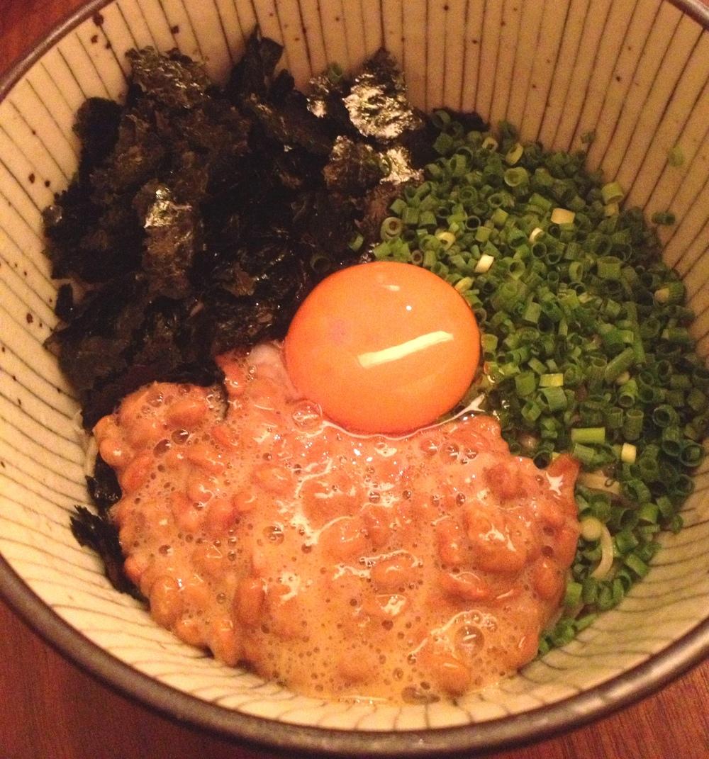 Natto - jästa sojabönor - kan ätas på olika sätt. Här som en viktig del i en skål med kalla bovetenudlar - soba. Så här ser det ut när man får skålen till bordet...