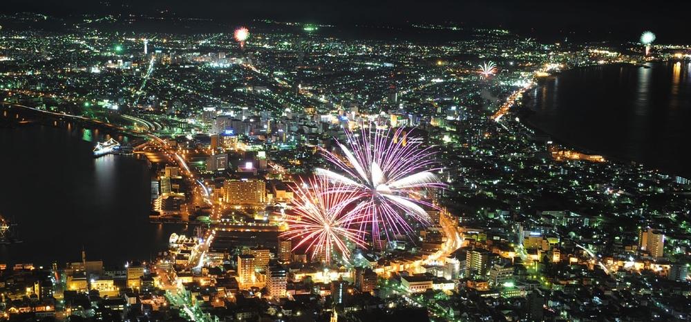 Många sköna miljoner spenderas varje sommar på otaliga fyrverkerifestivaler i Japan. Mycket sevärda.