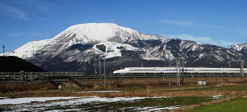 Det är kanske inte alla som vet att mer än 70% av Japans landyta består av berg. Mycket bergsklättring och mycket skidåkning. Och broar och tunnlar.