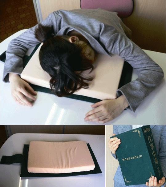 """En kudde gömd i ett """"uppslagsverk"""".. Bra att ha när chefen är ute och man har tillfälle att ta igen lite av nattens förlorade sömn (Fotot copyright Japan Trend Shop)."""
