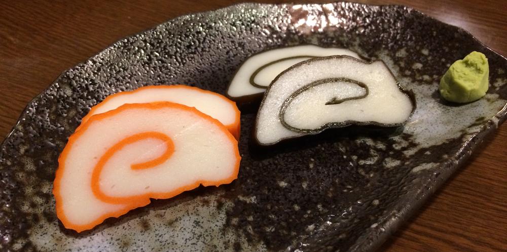 Kamaboko  är en sorts fiskbullar som man äter med soya och wasabi.
