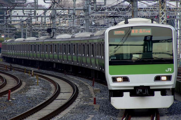 En nackdel med tågföraryrket i Japan är de många självmordshopparna. Nu hoppas man att ökad belysning ska göra folk lite mindre benägna att ta livet av sig på järnvägsstationer.