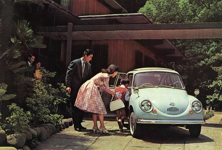 En vacker hemmafru, en välartad och välkammad son och så en sprillans ny Subaru 360. Japansk bilreklam någon gång tidigt 60-tal, skulle jag tro.