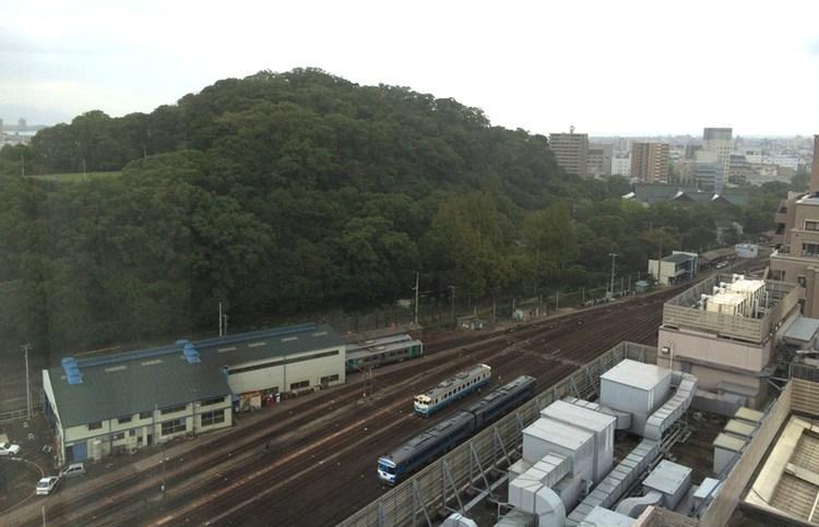 Hotellet låg precis över Tokushimas centralstation. Få och enbart dieseldrivna tåg.