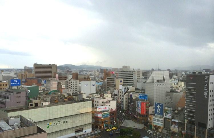 Ganska typiskt centraltorg i en japansk småstad.