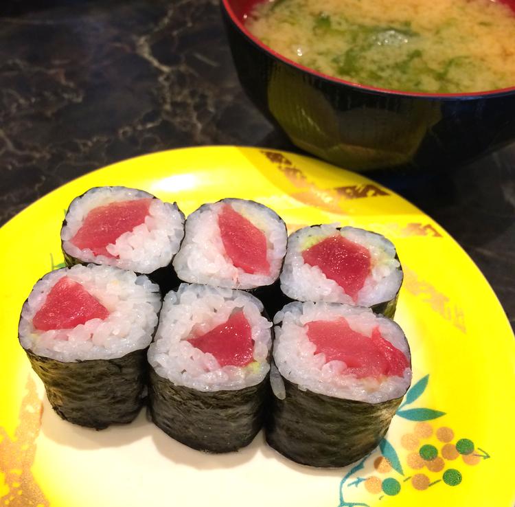 Tekkamaki  är rullar med ris och tonfisk med ett blad  nori  runtomkring.
