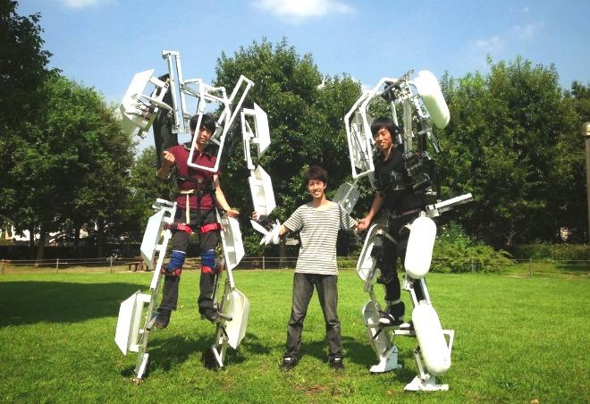 Vet inte riktigt vad de ska användas till, men killarna verkar ha kul med sina byggen. Snart kan vi alla leka Iron Man.