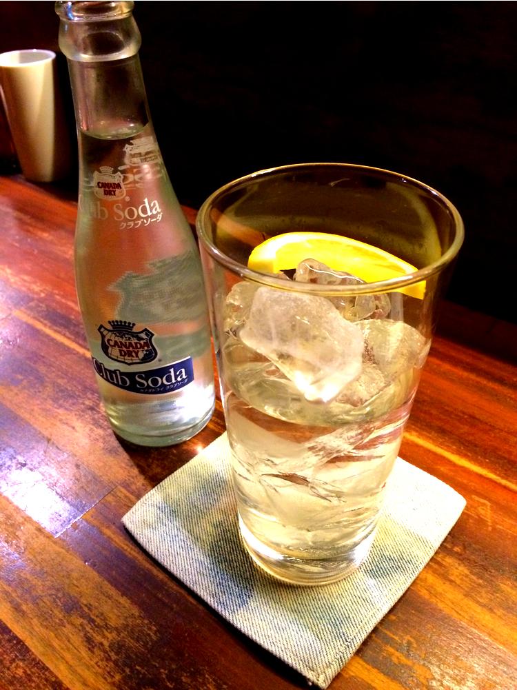 Till detta alltså ett glas prima japanskt brännvin - sk shochu - med lite sodavatten och en stänk citron. Enkelt och gott.
