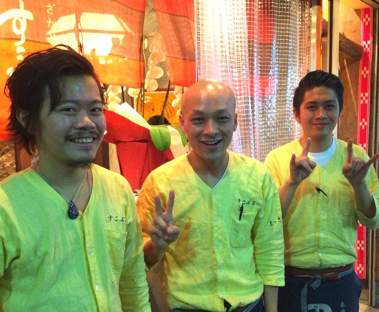 Tre herrar ännu inte fyllda 30 lagar god mat med ett ständigt leende på Sukoburu. Bara en dryg månad gammalt hak men redan poppis i det täta krogutbudet i Sangenjaya.