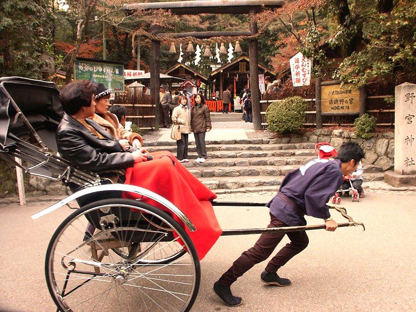 Här har vi två av de drygt 30 miljoner turister som besöker Kyoto varje år.. Killen längst till höger har med andra ord inga problem med att hålla vikten. Foto: Wikimedia Commons