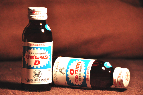 """Istället för att sova ordentligt dricker japanen energidrycker med allehanda vitaminer och ofta med nikotin som en ingående ingrediens. Libovitan D är den japanska dryck som """"inspirerade"""" till det vi idag känner till som Red Bull."""