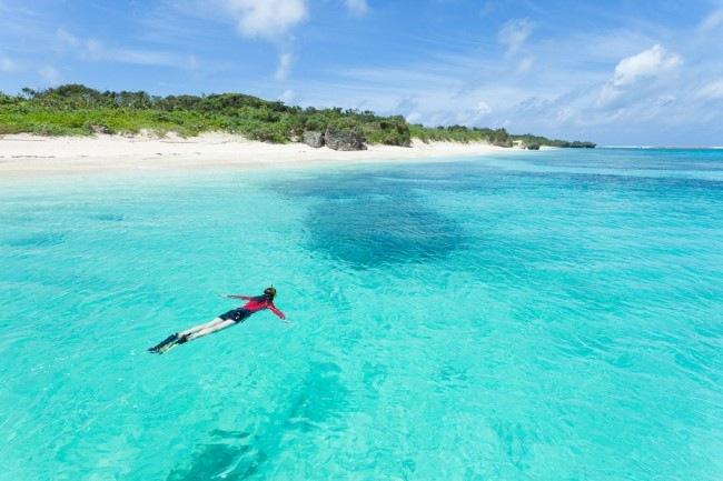 Okinawa med närliggande öar erbjuder ett fantastiskt badväder åtminstone två tredjedelar av året.   Aragusuku Island, Okinawa, Japan © Ippei & Janine Naoi