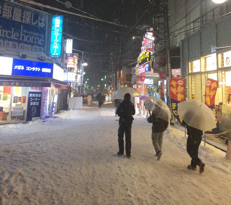 De få gånger det faller snö i Tokyo så är det relativt blöt sådan, så paraplyer är en vanlig syn i sammanhanget.