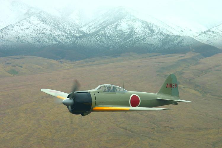 Mitsubishis Zero Fighter var kanske världens bästa stridsflygplan några år i början av 40-talet. Lätt, lättfluget och bränslesnålt. Låter bekant, eller ur? Samma koncept som man körde med sina bilar på 70-talet. Foto: Wikimedia Commons