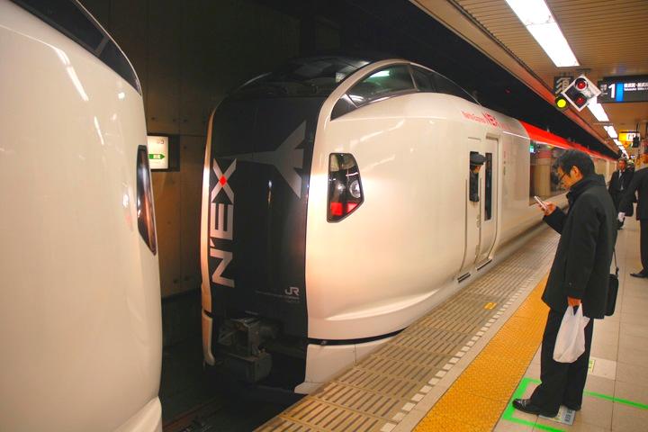 Narita Express har extrapris för utlänningar från Narita och in till stan (men inte åt andra hållet). Bästa sättet att ta sig till delar av västra och norra förorterna.