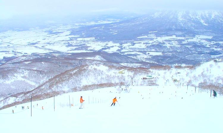 .. och pålitligt skidföre uppe i bergen - i samma land.  Foto: Wikimedia Commons