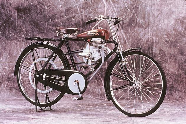 Hondas första produkt - A-type - var en påhängsmotor för trampcyklar.  Foto: Honda Collection Hall