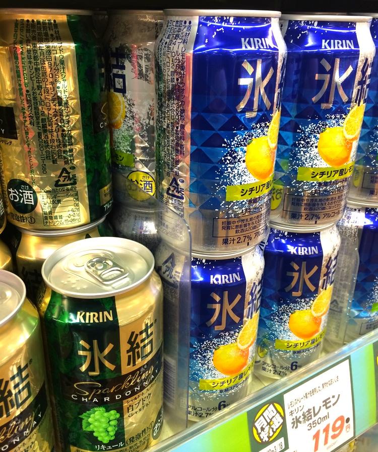 Japansk beskattning av alkoholdrycker har inget att göra med alkoholhalten, vilket gör att den kommande momshöjningen kan neutraliseras genom att tillverkarna höjer alkoholhalten, en försumbar kostnad. På bilden japansk alkoläsk, i det här fallet 6% alkohol, för ca sju kronor burken på närmaste snabbköp.