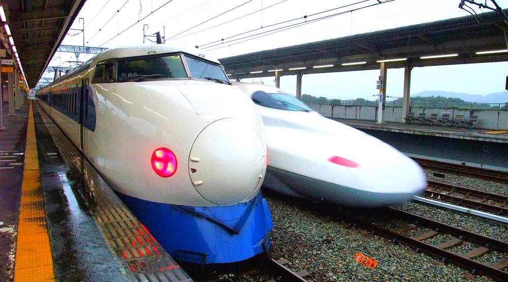 Ett N700-tåg passerar ett 0-serie-tåg (numera sorgligt nog pensionerat).