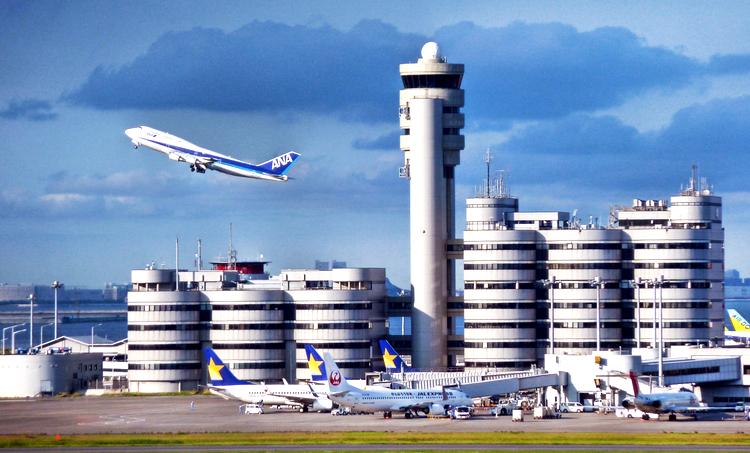 Haneda är Japans flitigaste flygplats med nästan 70 miljoner passagerare per år. Funkar mycket bra!  Foto: Wikimedia Commons