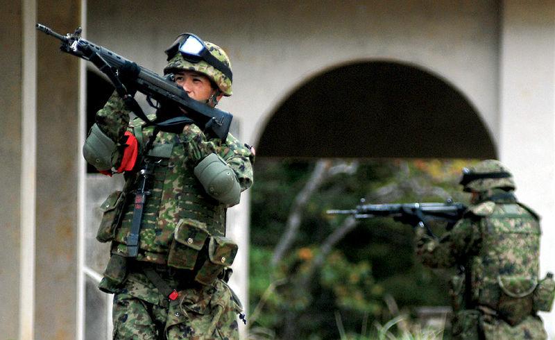 Personal i den japanska försvarsmakten på övning, utrustade med gevär Made in Japan - nu snart på export. Foto: US Army
