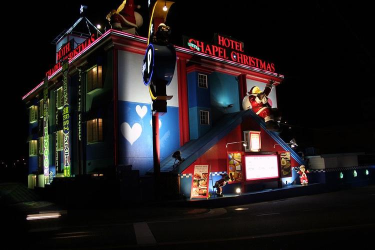 Hotel Chapel Christmas - både namnet och dekoren avslöjar att det handlar om ett kärlekshotell i Japan.  Foto: Wikimedia Commons