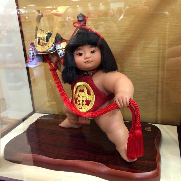 Dockor föreställande Kintaro, en mytisk hjälte från Heian-perioden, ställs ofta ut i hemmet veckorna upp till Barnens (Pojkarnas) Dag.