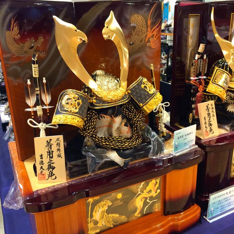 En mycket rikt ornamenterad kopia av en gammal samurajhjälm är en annan vanligt förekommande dekoration. Som vanligt när det gäller prylar som folk är kulturellt/socialt tvingade att skaffa är det höga priser. Drygt 7,000 SEK kostar den här prydnadssaken.